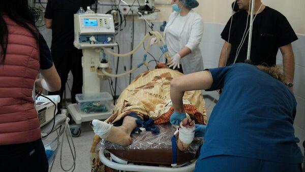 Медработники оперируют раненного мужчину во время обстрелов медицинского центра Степанакерта (28 октября 2020). Карабах - Sputnik Армения