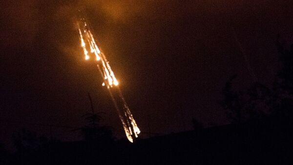 Украинские военные стреляют фосфорными зажигательными снарядами по поселку Семеновка (11 июня 2014). - Sputnik Армения
