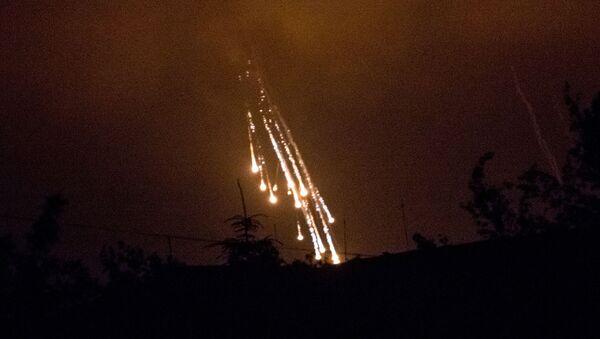 Украинские военные стреляют фосфорными зажигательными снарядами по поселку Семеновка (11 июня 2014). - Sputnik Արմենիա