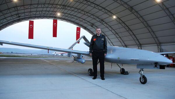Президент Турции Реджеп Тайип Эрдоган перед беспилотником на военной авиабазе в Батмане (3 февраля 2018). Турция - Sputnik Армения