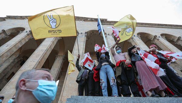 Сторонники оппозиции принимают участие в митинге после объявления предварительных результатов парламентских выборов в  Грузии (1 ноября 2020). Тбилиси - Sputnik Армения
