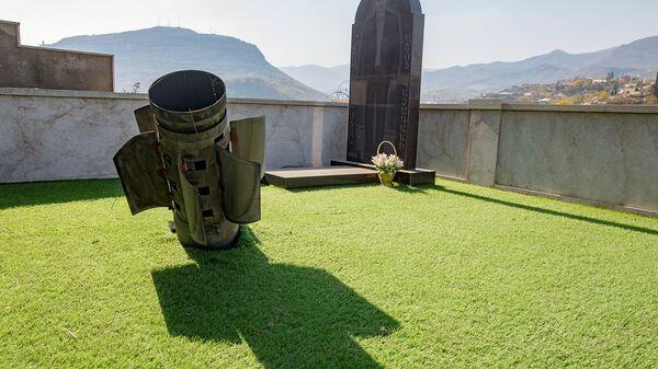 Часть реактивного снаряда, упавшего на кладбище в Степанакерте (1 ноября 2020). Карабах - Sputnik Армения