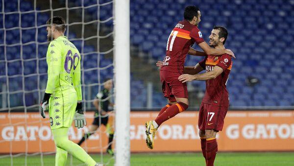 Нападающий Ромы Педро Родригес празднует свой гол с Генрихом Мхтаряном во время футбольного матча итальянской Серии А между Ромой и Фиорентиной (1 ноября 2020). Рим - Sputnik Արմենիա