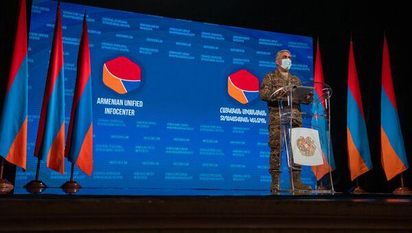 Представитель министерства обороны Армении Арцрун Ованнисян во время брифинга в Едином информационном центре (2 ноября 2020). Еревaн - Sputnik Արմենիա