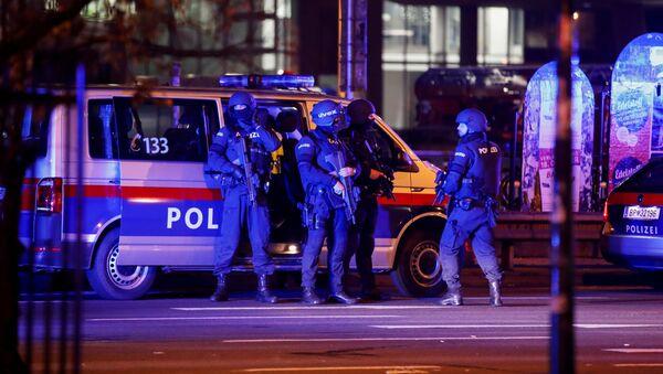 Вооруженные австрийские полицейские остановили движение транспорта в пешеходной и торговой зоне Вены после стрельбы в центре города (2 ноября 2020). Австрия - Sputnik Армения