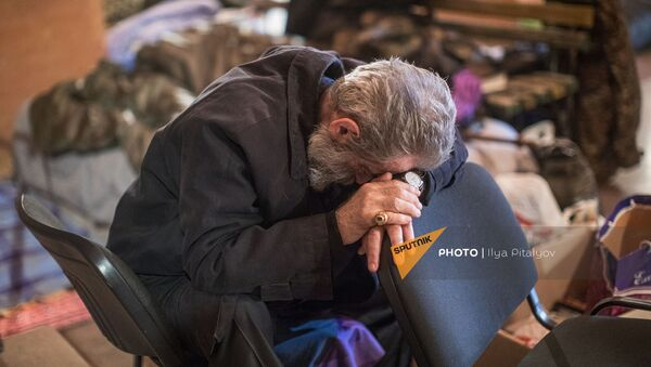 Предводитель Арцахской епархии Армянской Апостольской Церкви архиепископ Паргев Мартиросян в бомбоубежище - Sputnik Армения