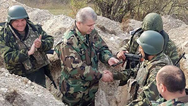 Директор СНБ Карабаха Камо Агаджанян вручил Норайру Мирзояну погоны генерал-майора прямо на боевой позиции - Sputnik Արմենիա