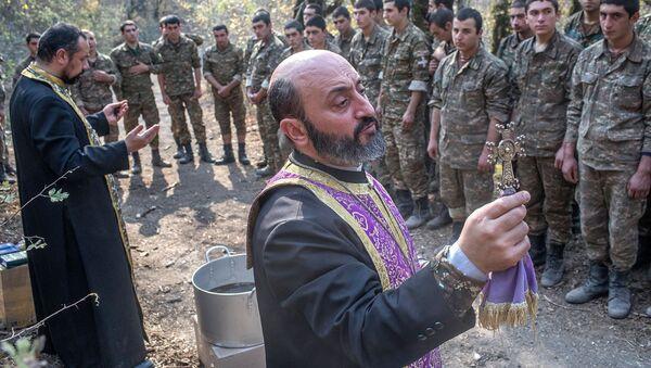 Иерей Себеос Галачян  (слева) и иерей Аристакес Оганнисян проводят обряд крещения военнослужащих недалеко от передовой линии (2 ноября 2020). Карабах - Sputnik Армения