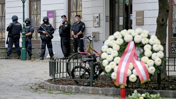 Сотрудники полиции возле места преступления, где были выставлены венки в знак уважения к жертвам в центре Вены (3 ноября 2020). Австрия - Sputnik Армения