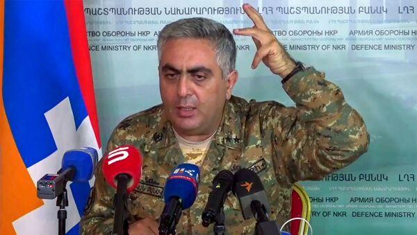 Представитель министерства обороны Армении Арцрун Ованнисян во время брифинга в информационном центре Карабаха (4 ноября 2020). Карабах - Sputnik Արմենիա