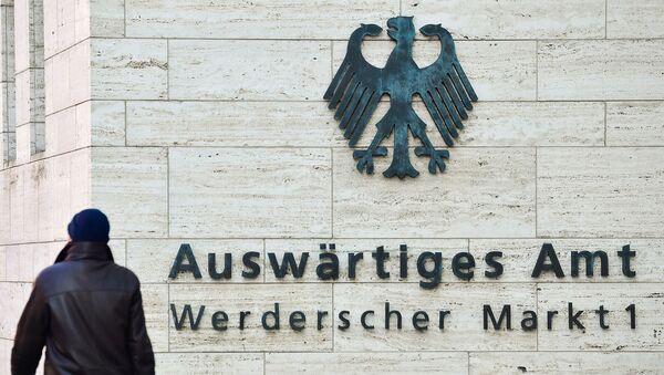 Мужчина проходит мимо логотипа на здании Министерства иностранных дел Германии (1 марта 2018). Берлин - Sputnik Արմենիա
