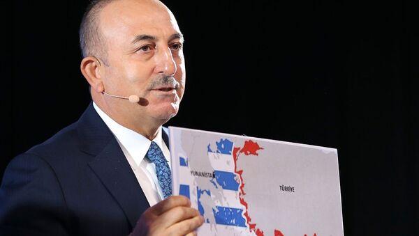 Министр иностранных дел Турции Мевлют Чавушоглу показывает карту Греции и Турции, выступая на конференции (8 октября 2020). Братиславa - Sputnik Армения