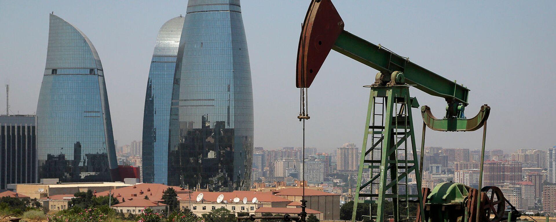 Нефтяной насос на фоне небоскребов Пламенные башни в Баку - Sputnik Армения, 1920, 06.10.2021