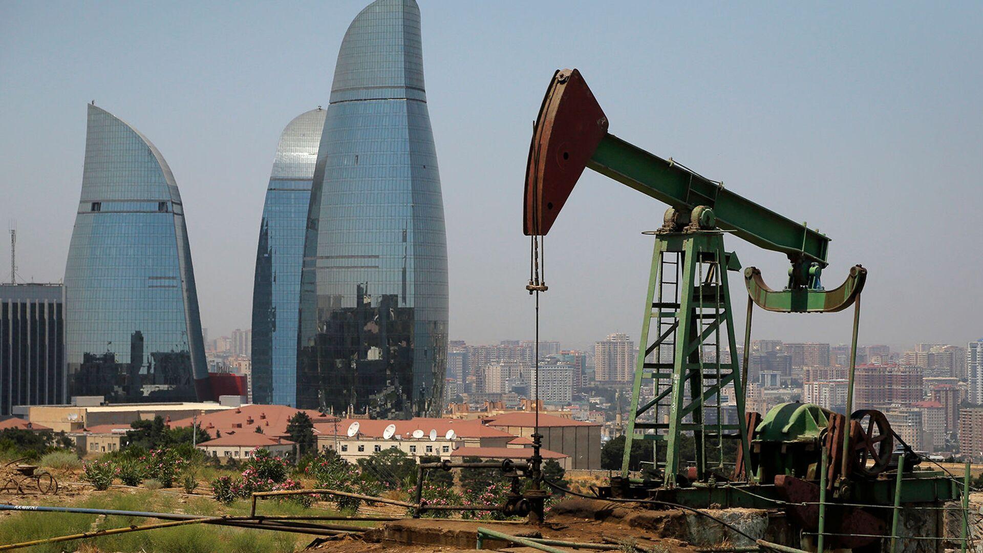 Нефтяной насос на фоне небоскребов Пламенные башни в Баку - Sputnik Армения, 1920, 14.10.2021