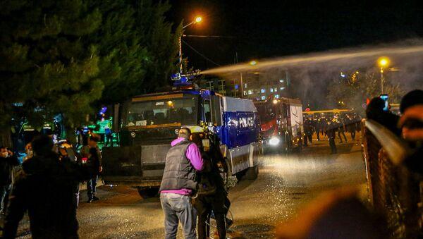Полиция использует водомет для разгона демонстрантов во время митинга оппозиции (8 ноября 2020). Тбилиси - Sputnik Армения
