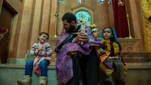 Священник церкви Святых Архангелов города Севан Тер Степанос Игнатевосян с карабахскими детьми - Sputnik Արմենիա