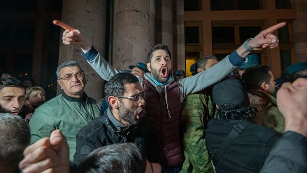 Недовольные решением премьер-министра граждане ворвались в Дом правительства (10 ноября 2020). Еревaн - Sputnik Армения