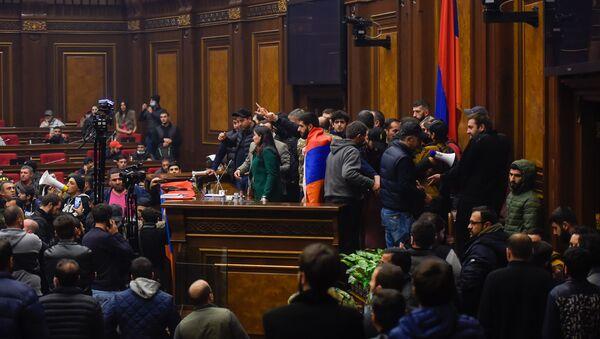 Недовольные решением премьер-министра граждане ворвались в Парламент (10 ноября 2020). Еревaн - Sputnik Արմենիա