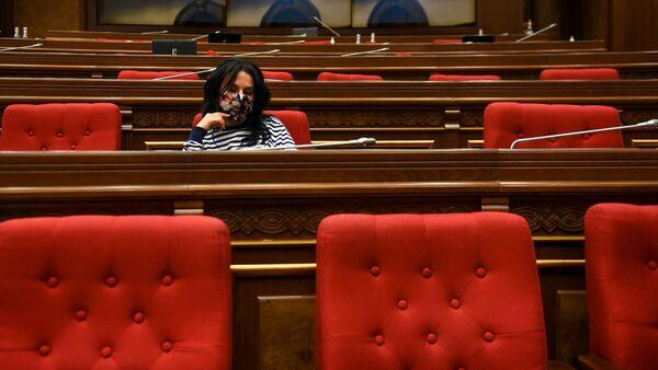 Депутат оппозиционной фракции Процветающей Армении Наира Зограбян в зале заседаний Парламента (10 ноября 2020). Еревaн - Sputnik Արմենիա