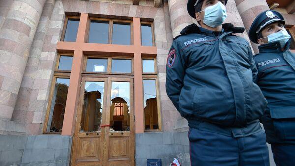 Полицейское оцепление у здания Правительства Армении (10 ноября 2020). Еревaн - Sputnik Արմենիա