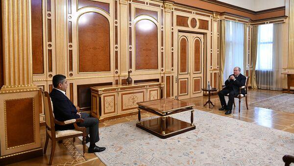 Президент Армен Саркисян в рамках совещаний с парламентскими и внепарламентскими партиями, принял руководителя партии Отечество Артура Ванецяна (10 ноября 2020). Еревaн - Sputnik Արմենիա