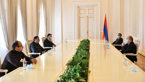 Президент Армен Саркисян в рамках совещаний с парламентскими и внепарламентскими партиями, принял представителей Республиканской партии Армении (10 ноября 2020). Еревaн - Sputnik Армения