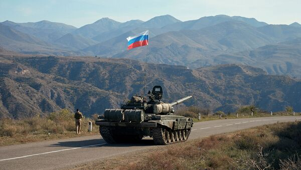 Военнослужащий российских миротворческих сил рядом с танком вблизи границы с Арменией, после подписания соглашения о прекращении военного конфликта в районе Нагорного Карабаха (10 ноября 2020). Армения - Sputnik Армения
