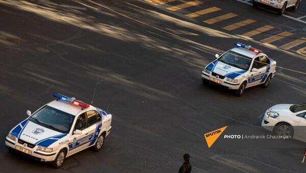 Полицейские автомобили подъезжают к Дому правительства (11 ноября 2020). Еревaн - Sputnik Արմենիա