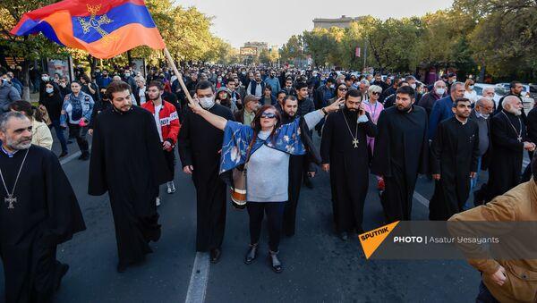 Несогласные с решением премьер-министра граждане шествуют от Дома правительства к зданию Парламента (11 ноября 2020). Еревaн - Sputnik Армения