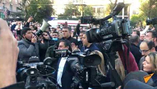 Несогласные с решением премьер-министра граждане поют на улице Баграмяна - Sputnik Արմենիա