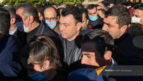 Эдуард Шармазанов у Дома правительства (11 ноября 2020). Еревaн - Sputnik Армения
