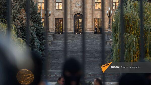 Полиция заблокировала вход к зданию Парламента Армении (11 ноября 2020). Еревaн - Sputnik Արմենիա