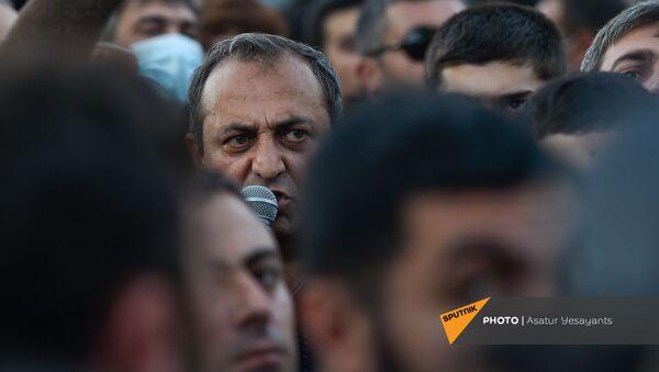 Арцвик Минасян выступает с речью перед зданием Парламента Армении (11 ноября 2020). Еревaн - Sputnik Արմենիա