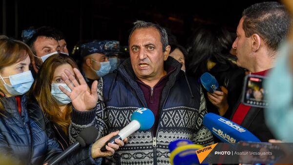 Арцвик Минасян отвечает на вопросы журналистов перед зданием Парламента (11 ноября 2020). Еревaн - Sputnik Արմենիա