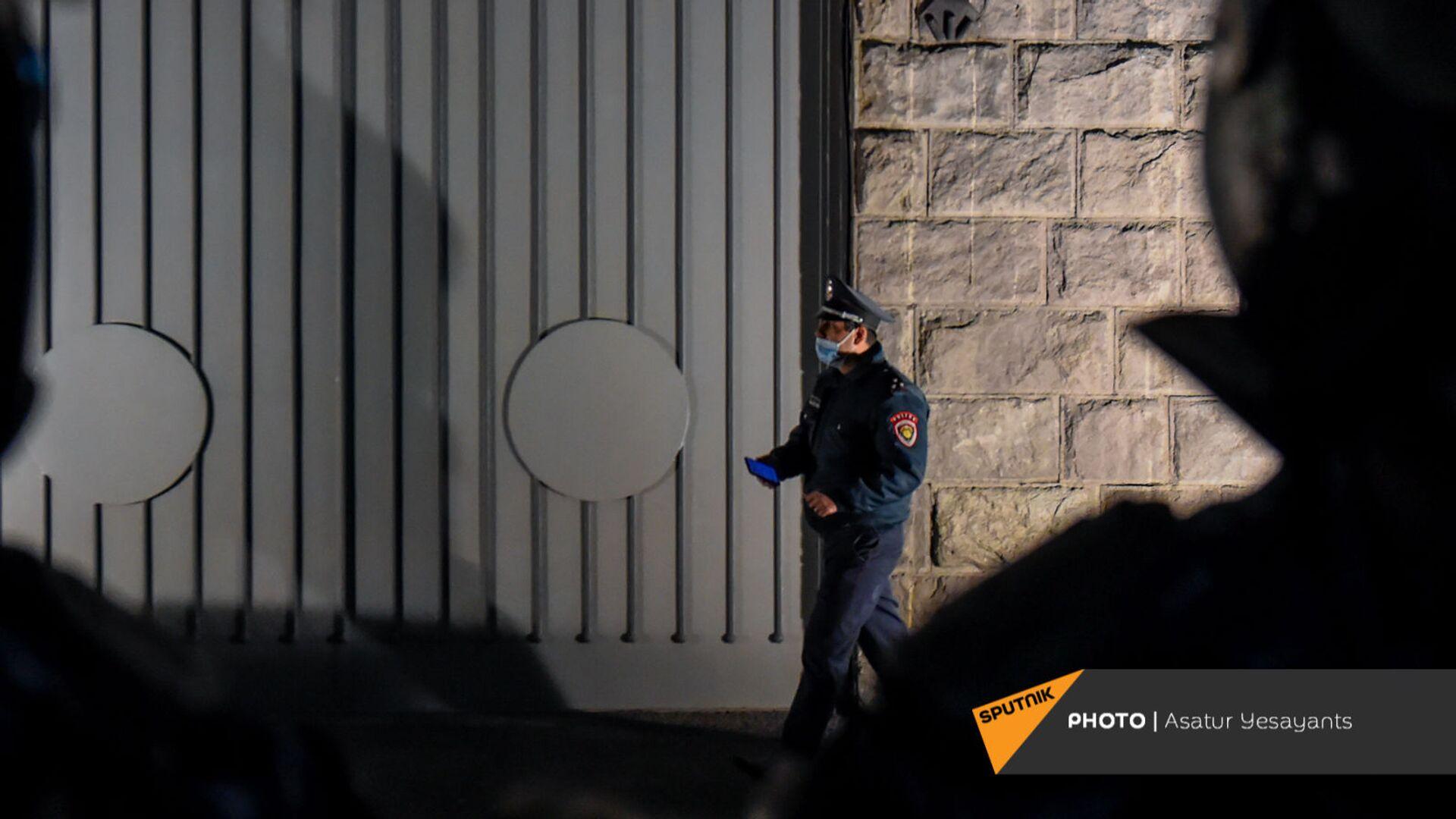 Сотрудник полиции у здания СНБ Армении (12 ноября 2020). Еревaн - Sputnik Արմենիա, 1920, 26.08.2021