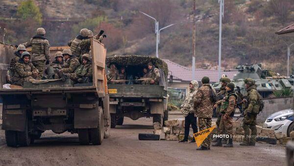 На дороге из Степанакерта в Шуши установлен КПП российских миротворцев (13 ноября 2020). Карабах - Sputnik Армения