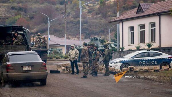 На дороге из Степанакерта в Шуши установлен КПП российских миротворцев (13 ноября 2020). Карабах - Sputnik Արմենիա