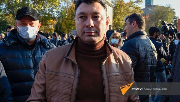 Экс-вице-спикер Эрдуард Шармазанов на площади Свободы (13 ноября 2020). Еревaн - Sputnik Արմենիա