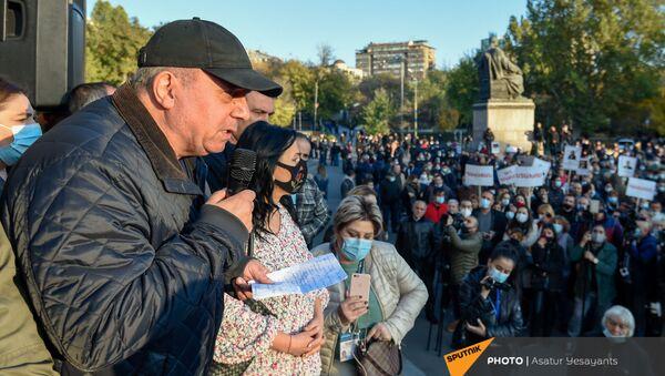 Экс-премьер Грант Багратян на площади Свободы (13 ноября 2020). Еревaн - Sputnik Армения