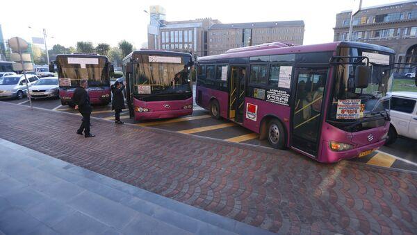 Автобусы доставляют нашедших временное убежище в Ереване жителей Степанакерта обратно домой (14 ноября 2020). Еревaн - Sputnik Արմենիա