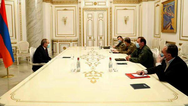 Премьер-министр Никол Пашинян встретился с министром обороны Давидом Тонояном и министром иностранных дел Зограбом Мнацаканяном (14 ноября 2020). Еревaн - Sputnik Արմենիա