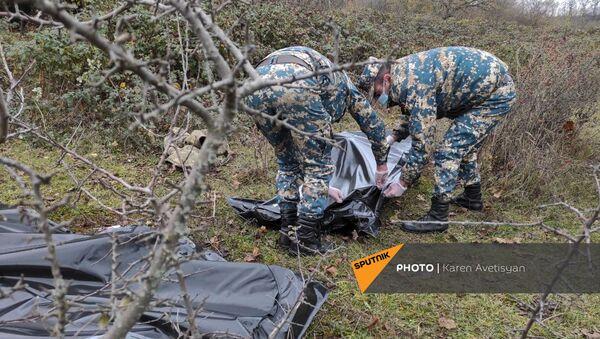 Сотрудники ГСЧС собирают трупы азербайджанских солдат недалеко от Шуши (14 ноября 2020). Карабах - Sputnik Արմենիա