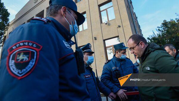 В Шенгавитской резиденции Суда общей юрисдикции Еревана рассматривается вопрос о правомерности ареста ветерана карабахской войны Ашота Минасяна (15 ноября 2020). Еревaн - Sputnik Армения