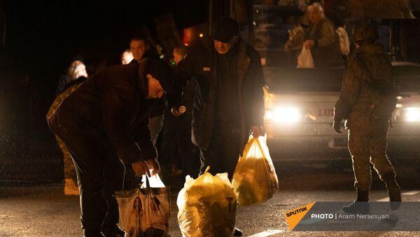 Беженцы из Карабаха прибыли из Еревана в Степанакерт (15 ноября 2020). Карабах - Sputnik Армения