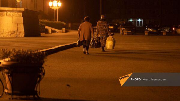 Беженцы из Карабаха прибыли из Еревана в Степанакерт (15 ноября 2020). Карабах - Sputnik Արմենիա