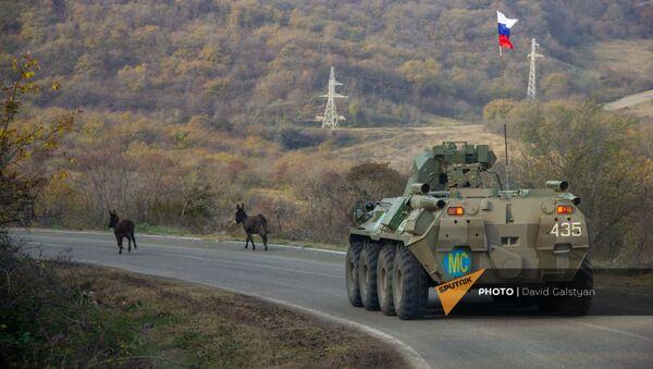 Колонна российских миротворцев направляется к монастырскому комплексу Дадиванк (16 ноября 2020). Карабах - Sputnik Արմենիա