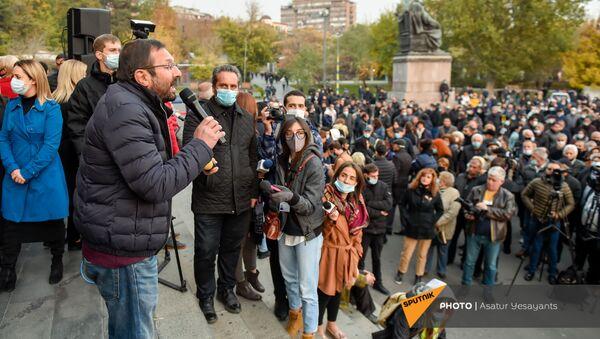 Бывший депутат, член партии АРФ Дашнакцутюн Гегам Манукян выступает во время митинга на площади Свободы (16 ноября 2020). Еревaн - Sputnik Արմենիա