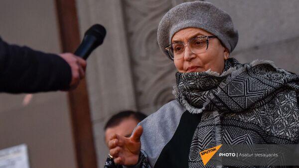 Бывшая защитница прав человека в Армении Лариса Алавердян во время митинга на площади Свободы (16 ноября 2020). Еревaн - Sputnik Արմենիա