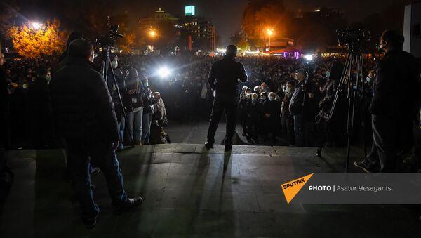 Представитель Верховного органа АРФ Дашнакцутюн Ишхан Сагателян выступает во время митинга на площади Свободы (16 ноября 2020). Еревaн - Sputnik Армения