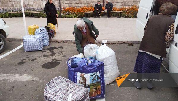 Беженцы из Карабаха прибыли из Еревана в Степанакерт (16 ноября 2020). Карабах - Sputnik Արմենիա